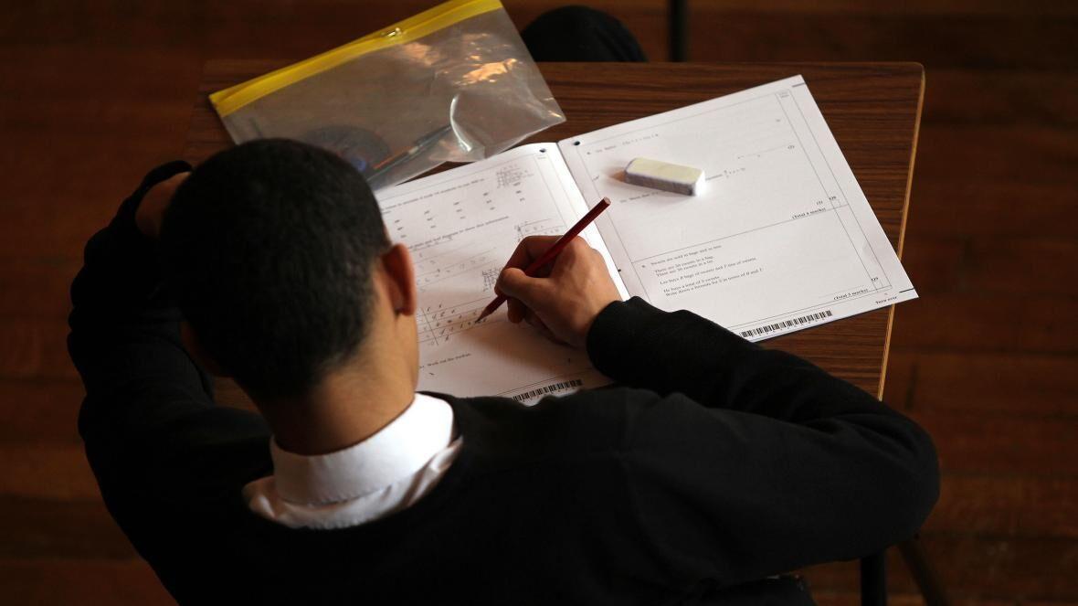 خبرنگاران کارنامه دانش اموزان انگلیس بر اساس حدس و گمان آموزگاران ثبت می گردد
