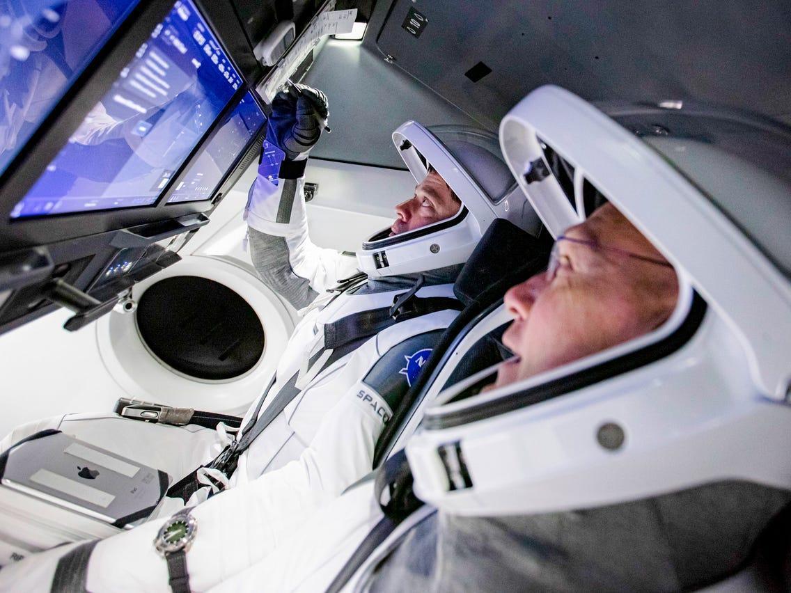 فضانوردان ناسا با خودروی تسلا به سکوی پرتاب می فرایند